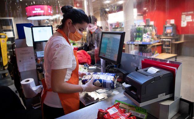 Des masques sont désormais vendus dans les grandes enseignes (Image d'illustration: à Paris le 8