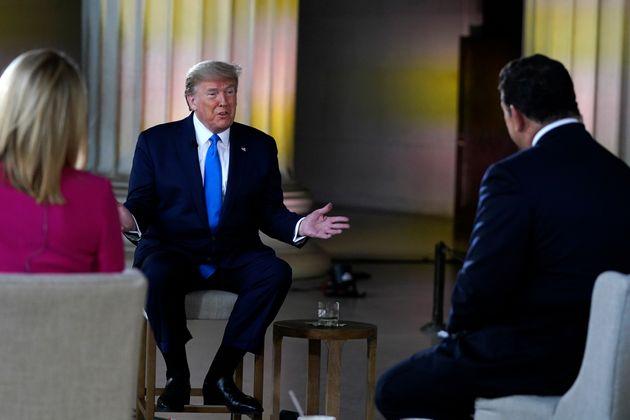 트럼프 대통령은 중국발 외국인자들의 입국을 차단한 자신의 결정이 희생을 크게 줄이는 데 있어서 결정적이었다는 주장을 되풀이해왔다. 그러나 그 이후 약 한 달 동안 치료 병상과 진단검사키트,...