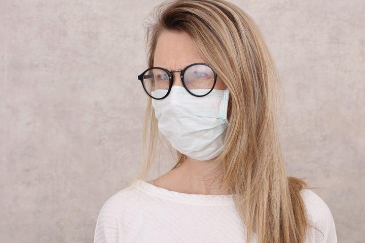 Pour éviter la buée quand on porte des lunettes, il faut par exemple poser un mouchoir entre la peau et le masque.