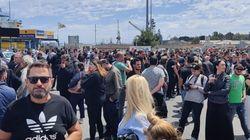 Στην Σούδα αψήφησαν τους κανονισμούς και βγήκαν ανενόχλητοι να διαμαρτυρηθούν κατά των