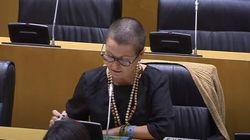 Miembros de Vox, indignados con esta diputada de ERC por lo que tiene sobre la mesa: al final lo tuvo que