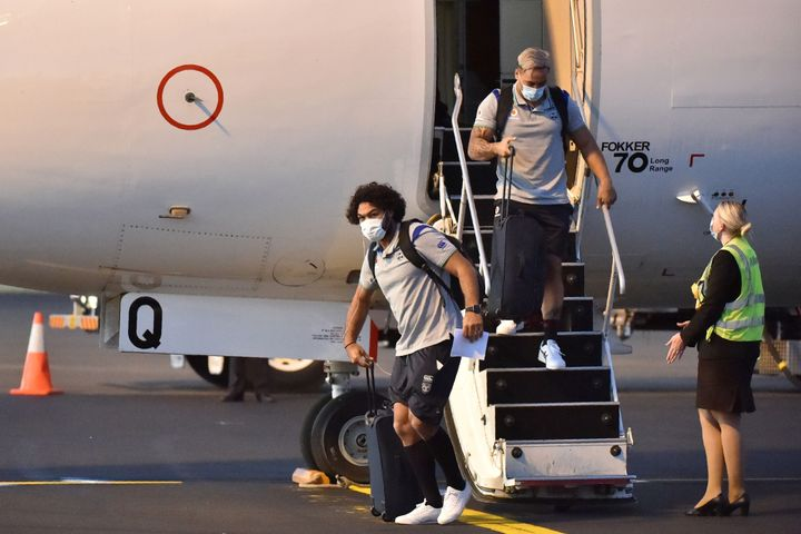 New Zealand Warriors rugby league team players alight from a plane after arriving in Tamworth late on May 3, 2020, after the National Rugby League (NRL) secured an exemption for the team to enter the country ahead of a planned resumption of the sport. - The NRL's only international side will spend 14 days in quarantine in the town, Australia's country music hub, before competition restarts on May 28. (Photo by PETER PARKS / AFP) / -- IMAGE RESTRICTED TO EDITORIAL USE - STRICTLY NO COMMERCIAL USE -- (Photo by PETER PARKS/AFP via Getty Images)