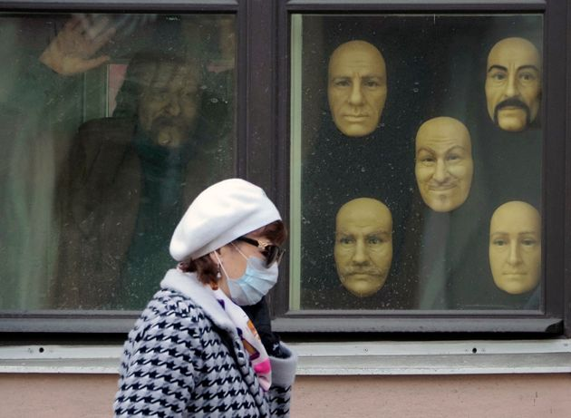 Μι γυναίκα με μάσκα περνά...