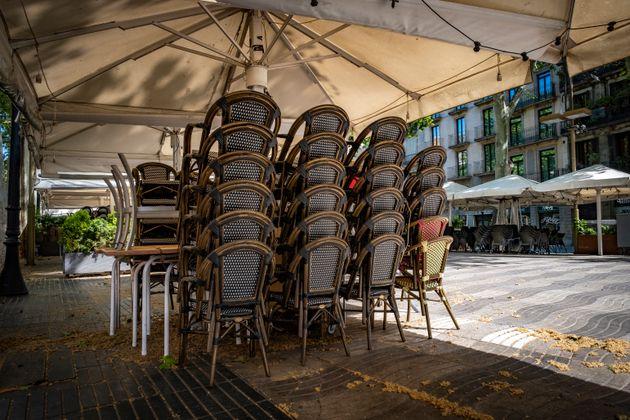 Sillas y mesas de la terraza de un restaurante cerrado en Barcelona durante el confinamiento (Paco Freire...