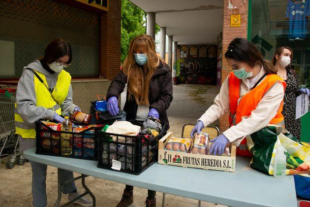 Un grupo de voluntarias en Madrid reparte comida de un banco de