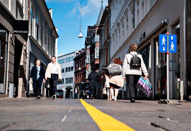 Une ligne jaune a été peinturée sur la chaussée d'une rue piétonne...