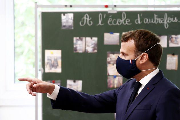 Emmanuel Macron lors de sa visite dans une école de Poissy ce mardi 5