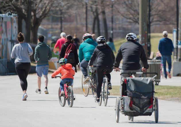 Des marcheurs, des coureurs et des cyclistes dans un parc montréalais le 25 avril