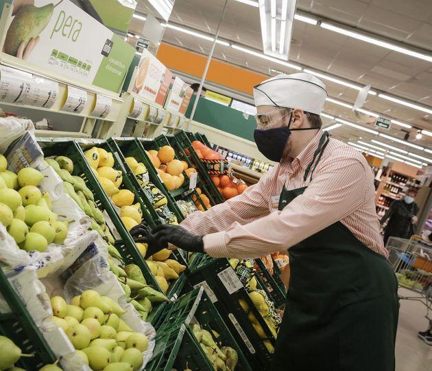 Un empleado de un supermercado de la cadena