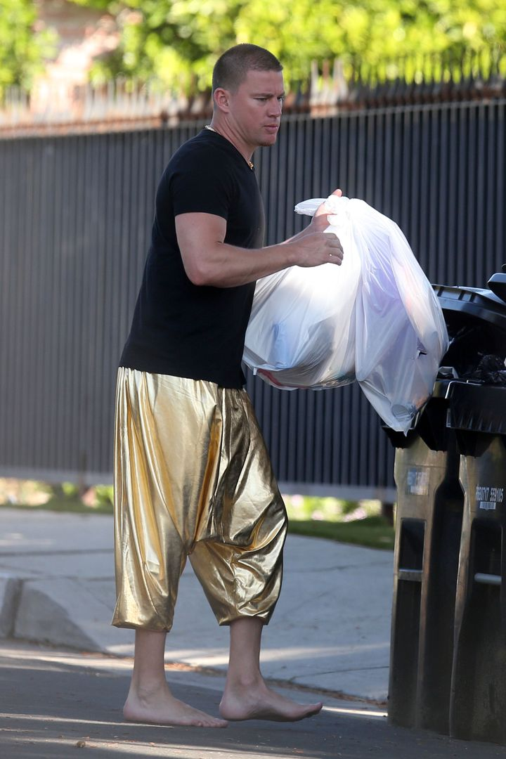 EXCLUSIVE: Barefoot Channing Tatum wears gold lamé pants as he puts the trash out at Jessie J's house in Los Angeles, Califo