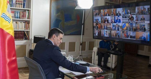 El presidente del Gobierno, Pedro Sánchez, con los presidentes