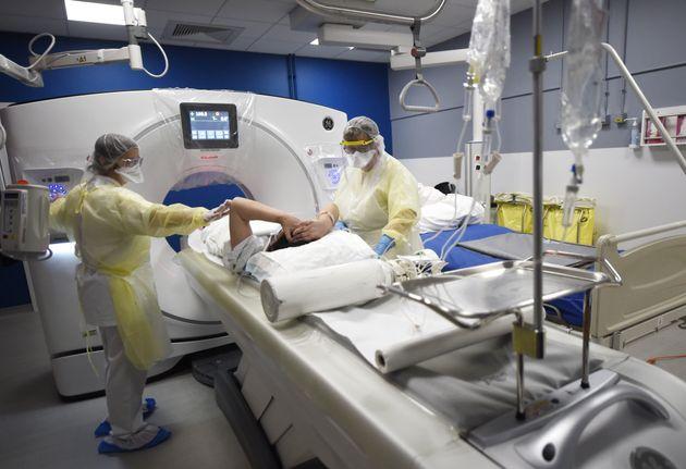 Dos sanitarios trabajan en un hospital
