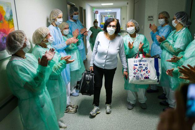Une patiente guérie du coronavirus quitte le service de soins intensifs de l'hôpital Emile Muller entourée...