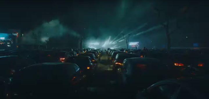'드라이브-인 클럽'에서 자동차 경적으로 호응하는 클럽 입장객들