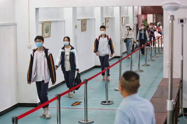 Estudantes voltam às aulas em escola de ensino médio de Wuhan, na China, berço do