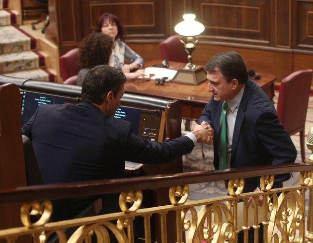 Pedro Sánchez y Aitor Esteban, durante la segunda votación de la investidura el 7 de enero...