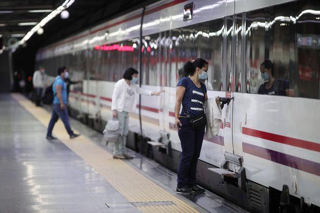 Un grupo de viajeros con mascarillas en la estación de tren de Cercanías de Nuevos Ministerios,...