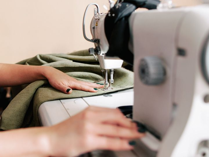 """Experts recommend a manual sewing machine for beginners over a computerized one. Manual sewing machines are <a href=""""https://thewirecutter.com/reviews/best-sewing-machine/#manual-vs-computerized-sewing-machines"""" target=""""_blank"""" role=""""link"""" rel=""""sponsored"""" data-ylk=""""subsec:paragraph;itc:0;cpos:__RAPID_INDEX__;pos:__RAPID_SUBINDEX__;elm:context_link"""">easy to use and tend to be cheaper</a>, while computerized sewing machines are for more advanced and sometimes automatic stitches."""