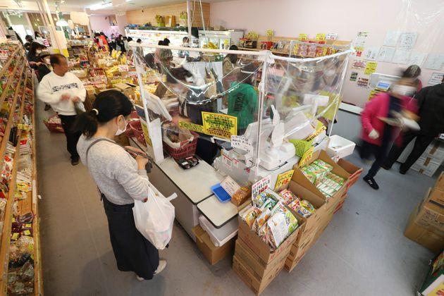 飛沫感染対策としてレジにビニールシートを設置した練馬区のスーパー「アキダイ」=4月24日、東京都練馬区