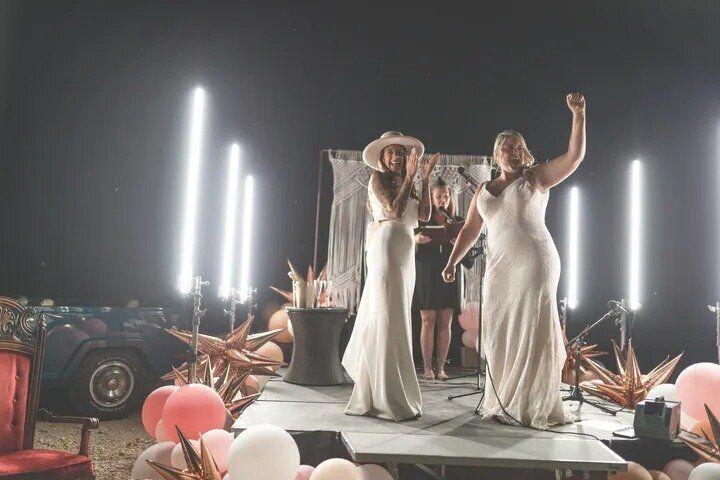 ステージの上でとり行われた結婚式を、ゲストはスクリーンでも見ることができた