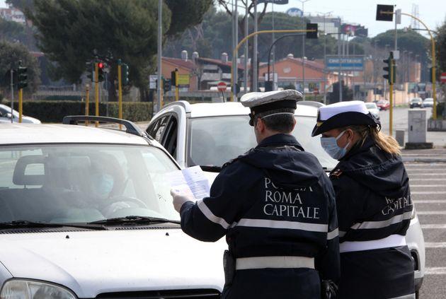 Vigile di Roma nei guai: fa entrare la moglie estetista in ufficio per le