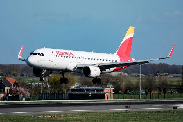 Un avión Airbus A-320 de Iberia aterriza en el aeropuerto de