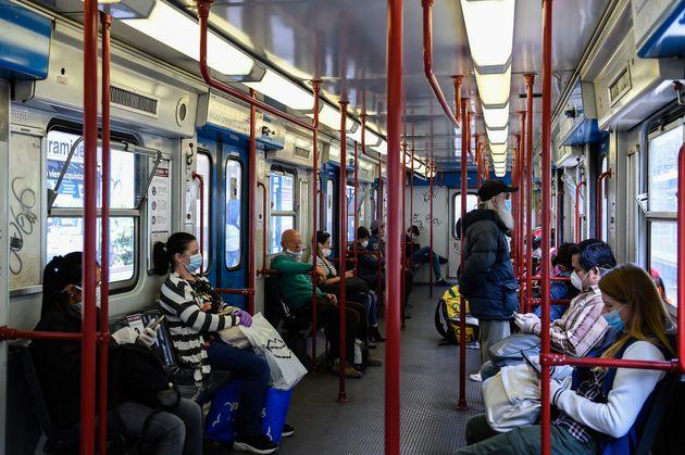 Les transports en commun, comme le métro, sont un lieu où le coronavirus peut facilement...