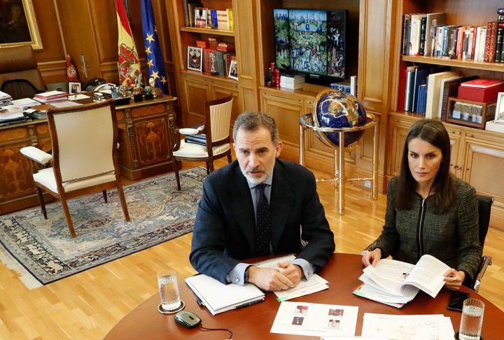 El rey Felipe VI y la reina Letizia, en una reunión telemática celebrada el 7 de mayo de 2020.