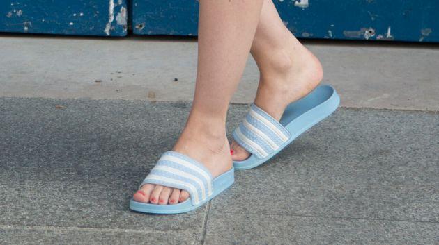 Avec ou sans chaussettes, les claquettes dévoilent une partie de notre