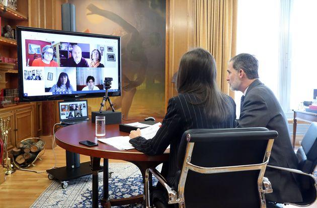 Felipe VI y Letizia conversan el pasado 27 de marzo con los representantes de