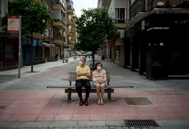 Una pareja sentada en un banco, en