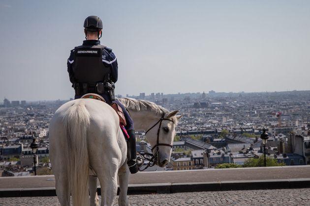 Un gendarme photographié à Montmartre déployé pour accompagner le dispositif...