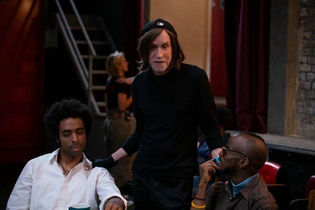 Le compositeur Glen Ballard, entouré de Damian Nueva Cortes (contrebasse) et Jowee Omicil