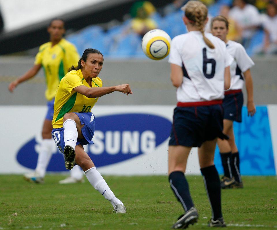 Marta Silva passa a bola para Nikki Marshall, em partida realizada há 13 anos, nos Jogos Pan-Americanos...