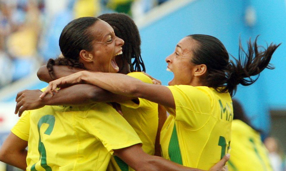 Rosana (esq.) comemora seu primeiro gol com Marta (à dir.) durante semifinal feminina dos Jogos...