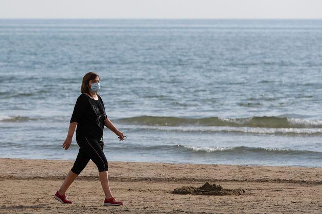 Una mujer pasea por la Malvarrosa (Valencia) el 7 de mayo de 2020 (Iván Terrón/Europa Press...