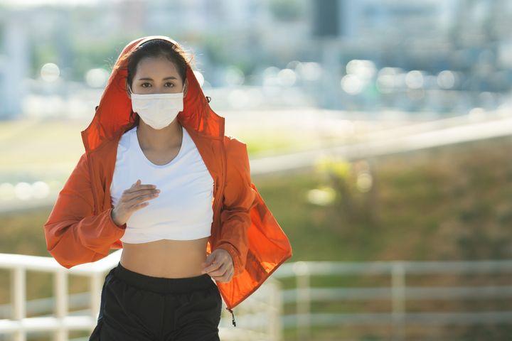 Η βόλτα σε εξωτερικούς χώρους για καθαρό αέρα έχει περιοριστεί, γίνεται με μεγάλη προσοχή και είναι πιο δύσκολη εν μέσω της πανδημίας του κορονοϊού