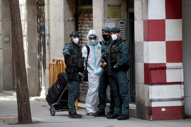 Agentes de la Guardia Civil en el domicilio de un ciudadano marroquí seguidor de la organización yihadista...