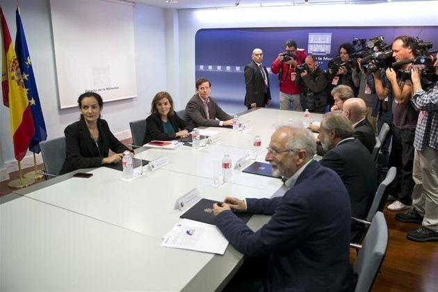 Imagen de la reunión para la crisis del ébola con Fernando Simón, al fondo a la derecha, y Yolanda Fuentes,...
