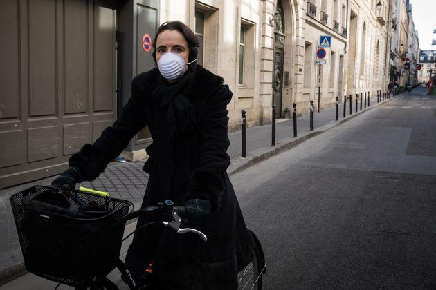 Amélie Nothomb, ici en vélo à Paris le 14 avril