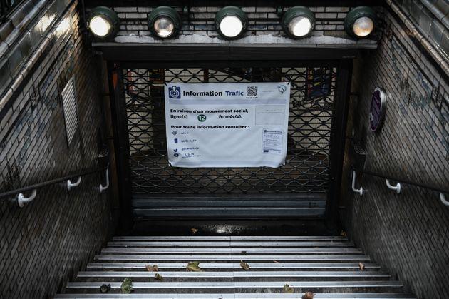 Une station de métro fermée à Paris lors de la grève à la RATP, le...