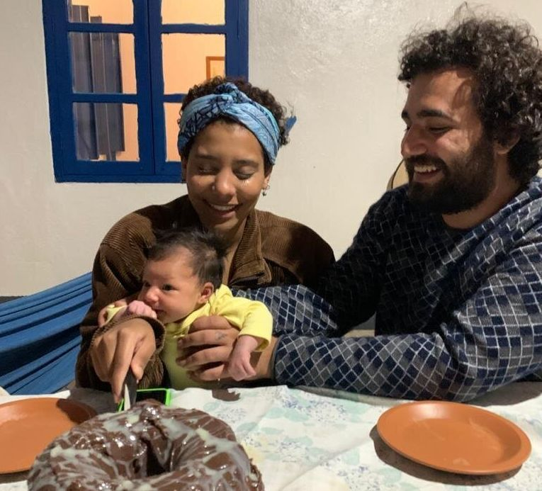 Luciana Fernandes, de 22 anos, comemora o primeiro mês de Amora ao lado de Thiago, seu