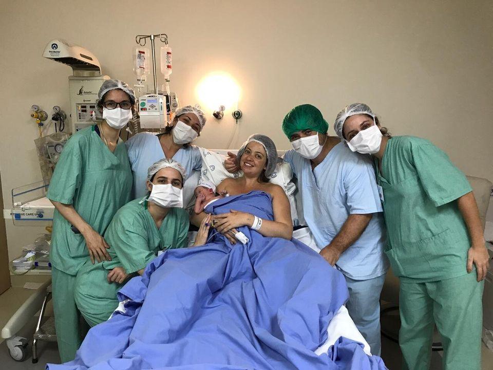 No momento do parto, Debora escolheu ficar sem a máscara de proteção.