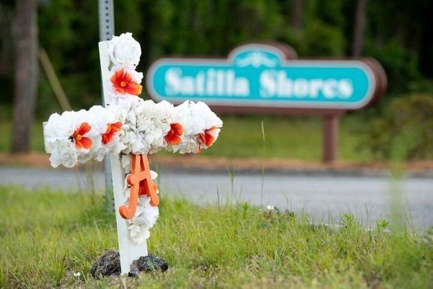 花とアマッド・アーバリーさんの名前の頭文字「A」がつけられた十字架が、事件が起きたコミュニティの近くで捧げられた(5月6日撮影)