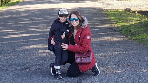 Vanessa Kapinski e o filho, hoje com 6 anos, moradores dos Estados