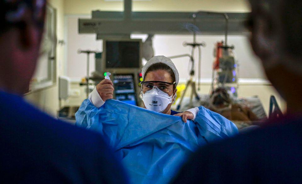 As unidades de tratamento intensivo são o melhor ambiente dentro de um hospital para atender a...