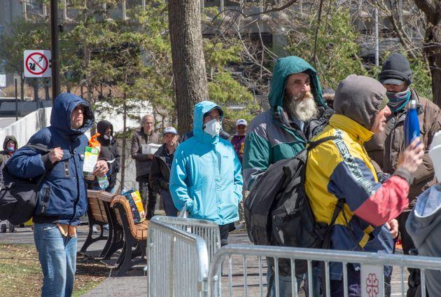 Des gens font la queue pour manger dans un centre de jour pour sans-abri, le vendredi 8 mai 2020 à