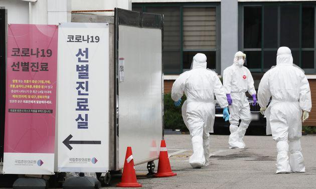 이태원 클럽 관련 신종 코로나바이러스 감염증(코로나19)의 지역 발생 확진자가 늘고 있는 10일 서울 중구 국립중앙의료원 선별진료소에서 병원 관계자들이 분주히 움직이고