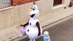 La tierna historia tras el vídeo viral de Olaf y Elsa bajando a tirar la