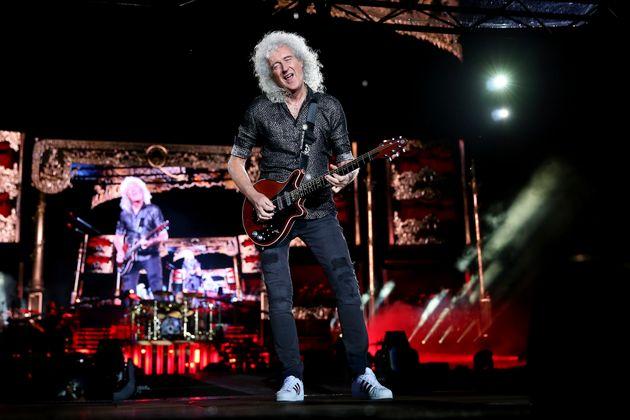 Brian May tocando la guitarra de pie, porque sentado vamos a tardar un rato en